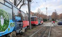 В Днепре трамвай сошел с рельсов, дорога заблокирована