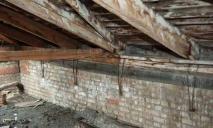 В Днепре мужчина провалил крышу чужого дома