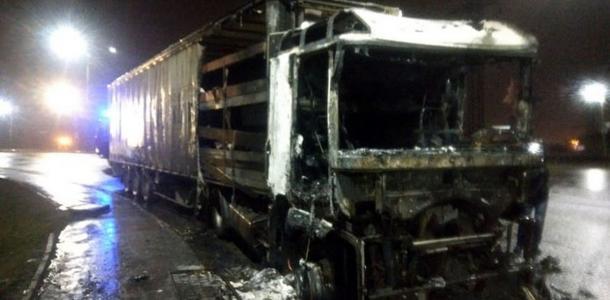 Фуру в Днепре охватило пламя: в считанные минуты грузовик сгорел