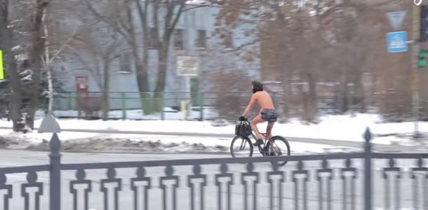 Голый велосипедист: на Днепропетровщине мужчина в одних трусах не боится лютых морозов (ВИДЕО)