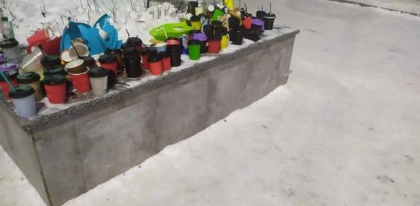 Странный перфоманс: в днепровском парке сложили мусор в виде аккуратно расставленных стаканчиков