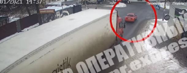 В Днепре грузовик врезался в Daewoo (ВИДЕО)