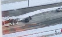 В Днепре посреди дороги в -20° мороза подрались водители (ВИДЕО)