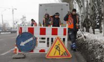 В Днепре коммунальщики расчищают ливневки для приема талого снега