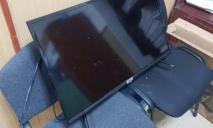 Выбил дверь и украл телевизор: под Днепром мужчина ограбил квартиру на глазах у ребенка
