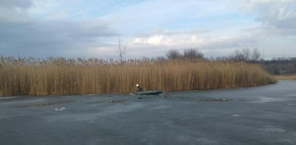 Жизнь ничему не учит: под Днепром рыбак провалился под лед