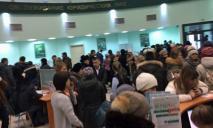 В Днепре грабителя банка побили пенсионеры за попытку обойти очередь
