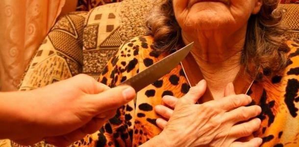 Бил чайником и резал ножом: в Днепре напали на консьержку из-за 70 гривен