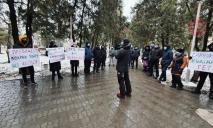 Закрылись внутри и снимают на видео: как проходит «тарифный митинг» под Днепром