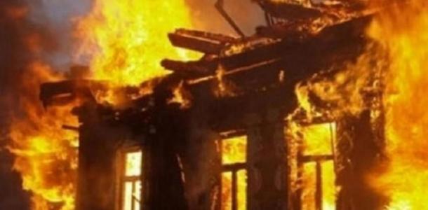 На Амуре в Днепре сгорел двухэтажный жилой дом: подробности