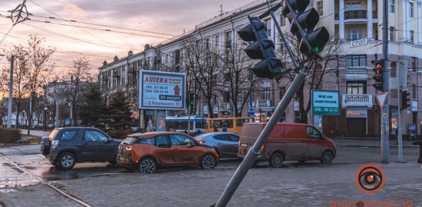 Светофор на Яворницкого вот-вот рухнет: в Днепре конструкция «висит» на проводах