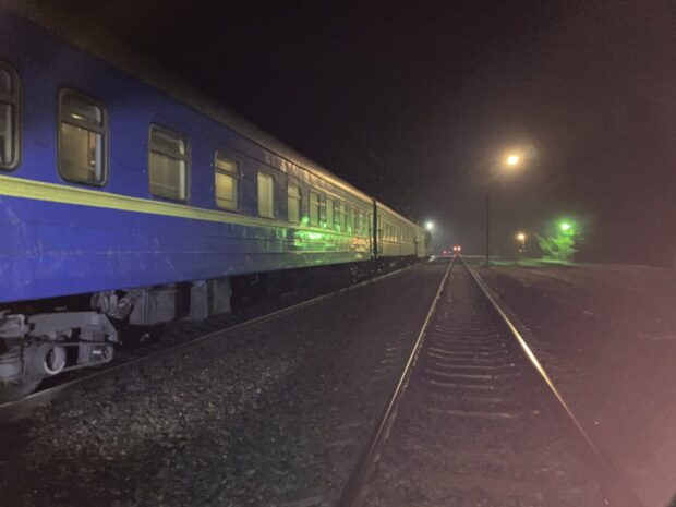 Врачи спасли жизнь 11-летнему парню, которого сбил поезд. Новости Днепра