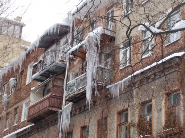 Жителей Днепра попросили не повергать себя опасности. С крыш падают сосульки и тающий снег. Новости Днепра