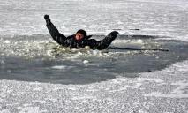 Мужчина с ребенком вышел кататься на тонкий лед