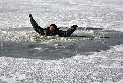 Несмотря на потепление, в связи с которым лед на водоемах становится все хрупче, мужчина с ребенком решили развлечься. Это могло бы закончиться очень печально. Новости Днепра