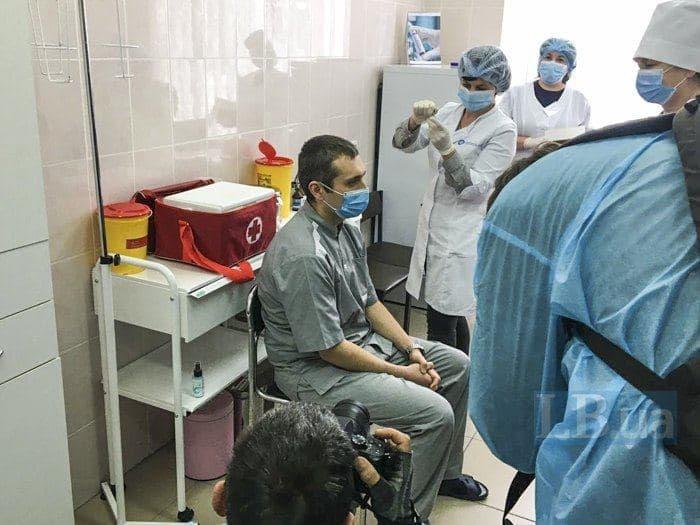 Первый пошел: в Украине сделали прививку против COVID-19. Новости Днепра