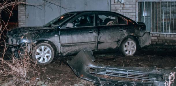 В Днепре автомобиль въехал в яму и врезался в дерево, пострадал ребенок