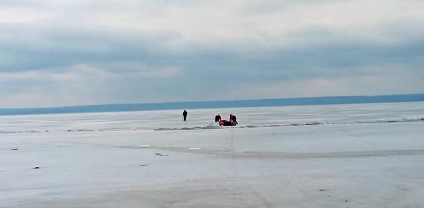 Как спасали рыбака, который провалился под лед (ВИДЕО)