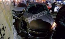 Водитель Chevrolet в Днепре потерял сознание за рулем, покорежил Lanos и влетел в многоэтажку