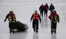 Шестеро на дрейфующей льдине: в Днепре спасали зимних рыболовов (ВИДЕО)