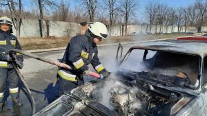 Автомобиль выгорел до металлических конструкций. На месте работали спасатели. Новости Днепра