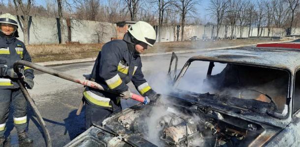 В Днепре огонь уничтожил легковушку