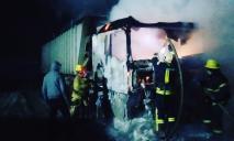Спасатели, пожарные машины и огонь: сразу две фуры загорелись на дороге