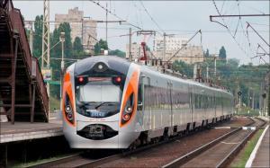 Пассажиры возмущены инцидентом, ведь поезд уехал раньше графика и десятки людей так и остались стоять на перроне. Новости Днепра