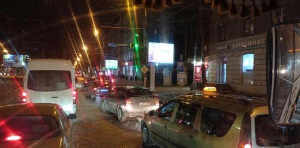 Шум на весь город: в центре Днепра бунтуют таксисты