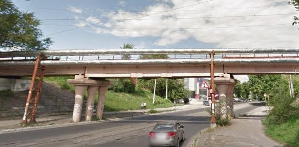 Мужчина упал с виадука на дорогу, в каком состоянии пострадавший