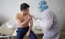 Зеленский вакцинировался от COVID-19 на передовой вместе с солдатами