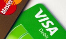 Банк выдает кредитку вместе с картой на зарплату: какие услуги нам навязывают