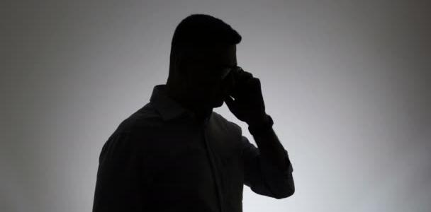Весеннее обострение: в Днепре мужчина угрожает прохожим, прикрываясь телефонным разговором