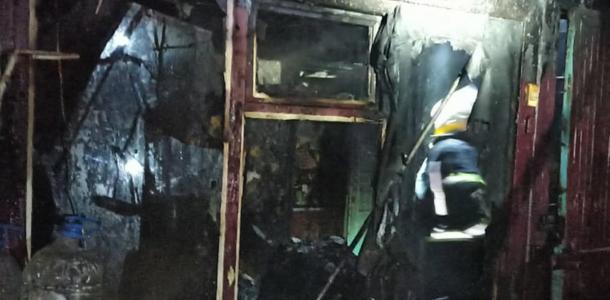 Женщина с маленькими детьми оказалась в горящем доме, пострадавшие – в больнице