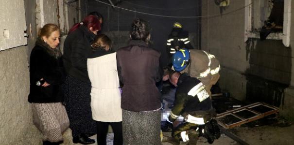 Спасатели тушили пожар в жилом доме, есть погибшие (ВИДЕО)