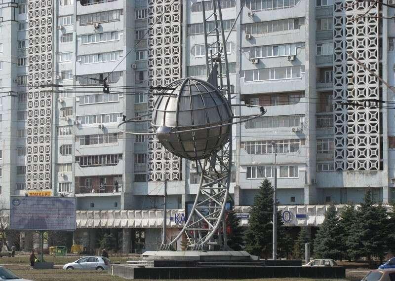 Новости Днепра про Бесхозный монумент с планетой на Космической площади взяли на баланс
