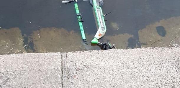 Подростки утопили шеринговый электросамокат в Днепре