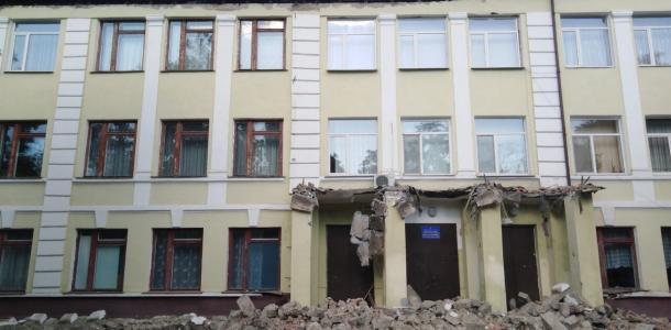 «Реконструкция школы слишком затянулась»: горожане пригрозили перекрыть трассу и железную дорогу