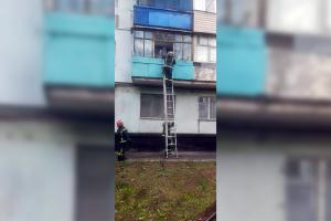 Новости Днепра про Спасатели через балкон забирались в квартиру, чтобы помочь малышу