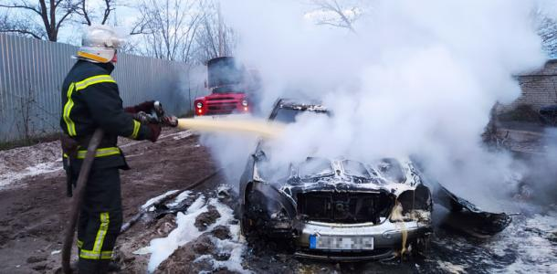 Возле вокзала загорелся автомобиль