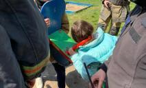 Спасатели освободили маленькую девочку, которая застряла головой в качеле