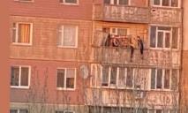 Экстрим или глупость: на высоте 7 этажа подростки под Днепром рискуют жизнью