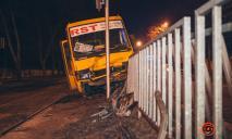 Машрутка в Днепре вылетела с дороги на трамвайные пути и снесла ограждение
