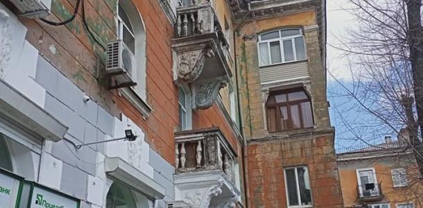 Девушку в Днепре чуть не убил упавший с неба кусок балкона