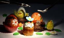 В Днепре хирург расписал яйцо с помощью робота
