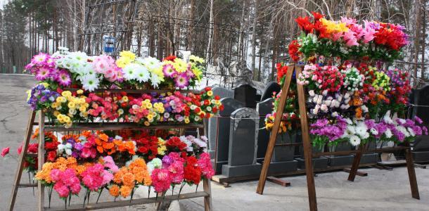 К поминальным дням под Днепром не будет искусственных цветов — причина