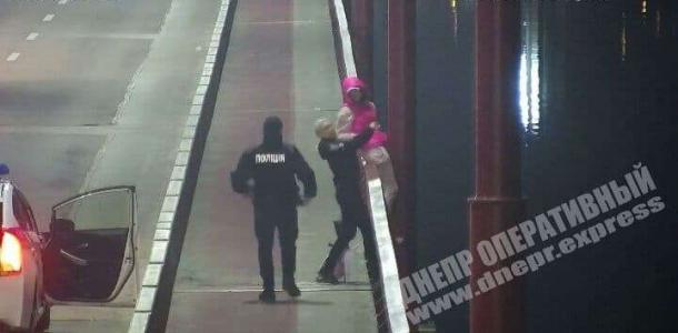 Девушка пыталась спрыгнуть с Центрального моста (ВИДЕО МОМЕНТА)
