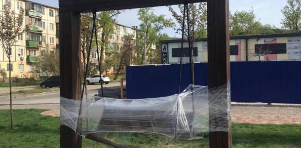 Сила есть ума не надо: в сквере Усачева вандалы сломали новые качели