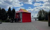 «Что цыганский табор»: набережную на Солнечном заставили МАФами
