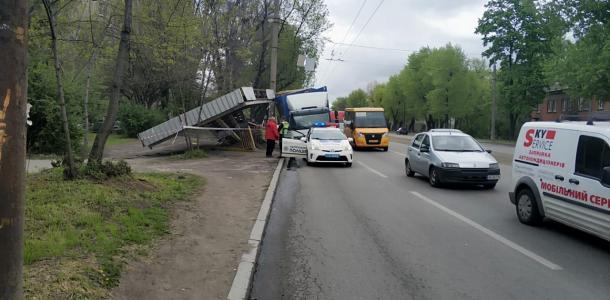 На 12 квартале грузовик уничтожил остановку. Обошлось без жертв